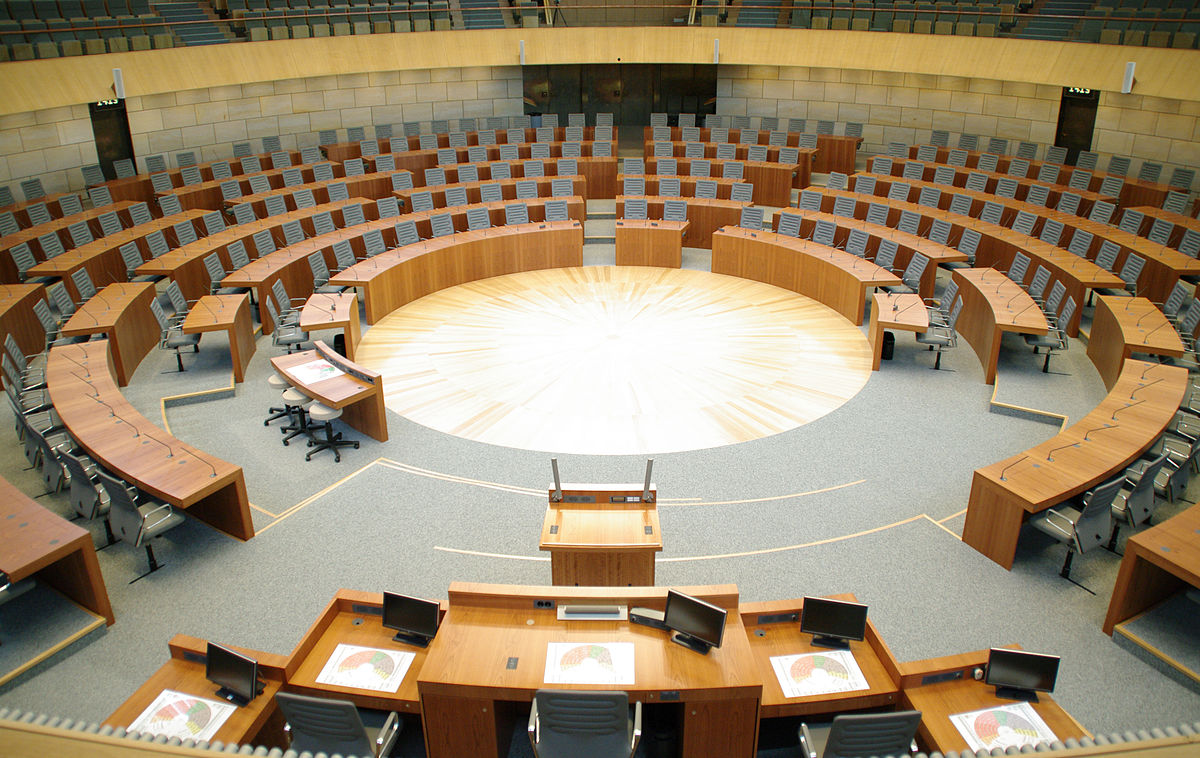 """Plenarsaal Landtag NRW"" von Moritz Kosinsky - Eigenes Werk. Lizenziert unter CC BY-SA 3.0 de über Wikimedia Commons - https://commons.wikimedia.org/wiki/File:Plenarsaal_Landtag_NRW_by_Moritz_Kosinsky3175.jpg#/media/File:Plenarsaal_Landtag_NRW_by_Moritz_Kosinsky3175.jpg"