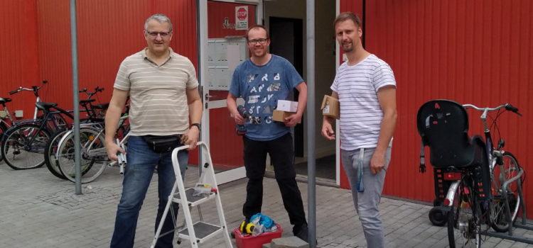 Freifunkaktivisten vor Wohnheim